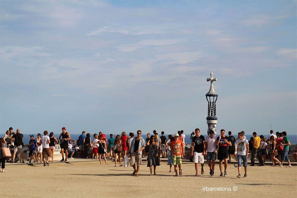 gente en la explanada del Park Güell