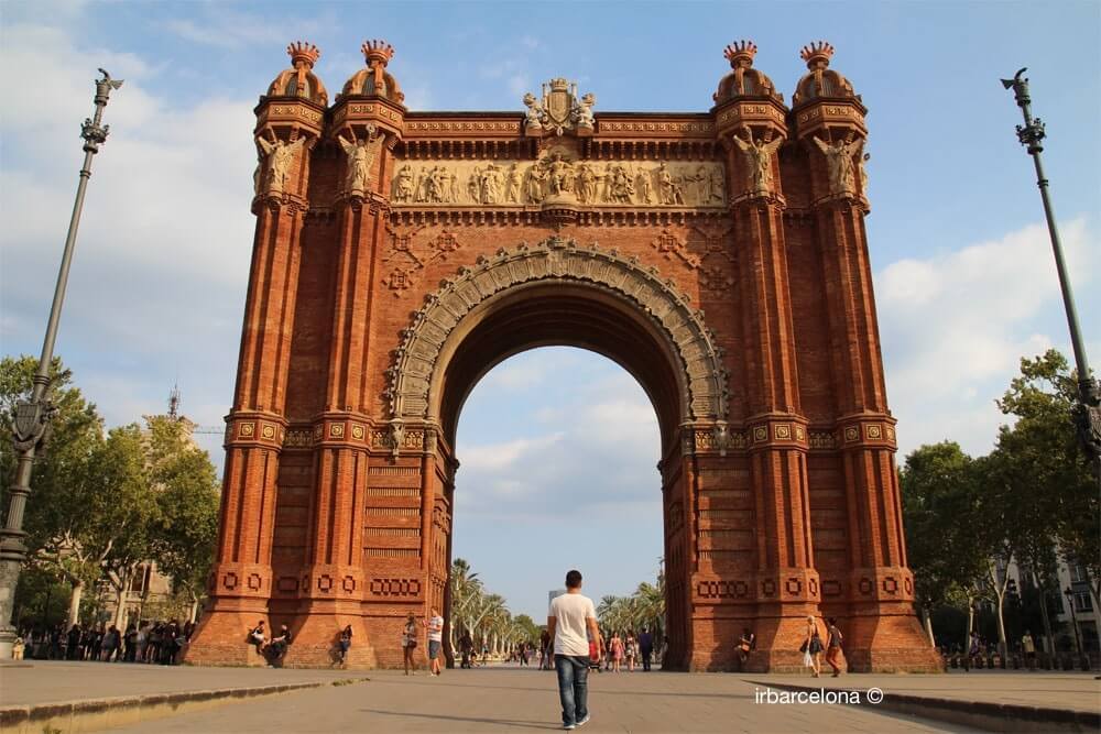 boy under Arc de Triomf