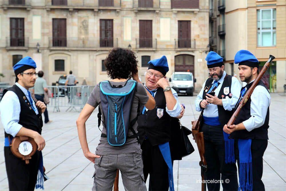 trabucaires parlant amb una fotògrafa