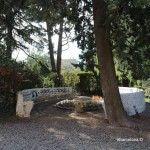 bancos elipsoides en el jardín